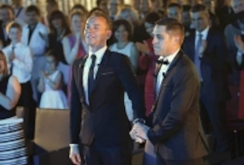 フランス初の結婚したゲイカップル