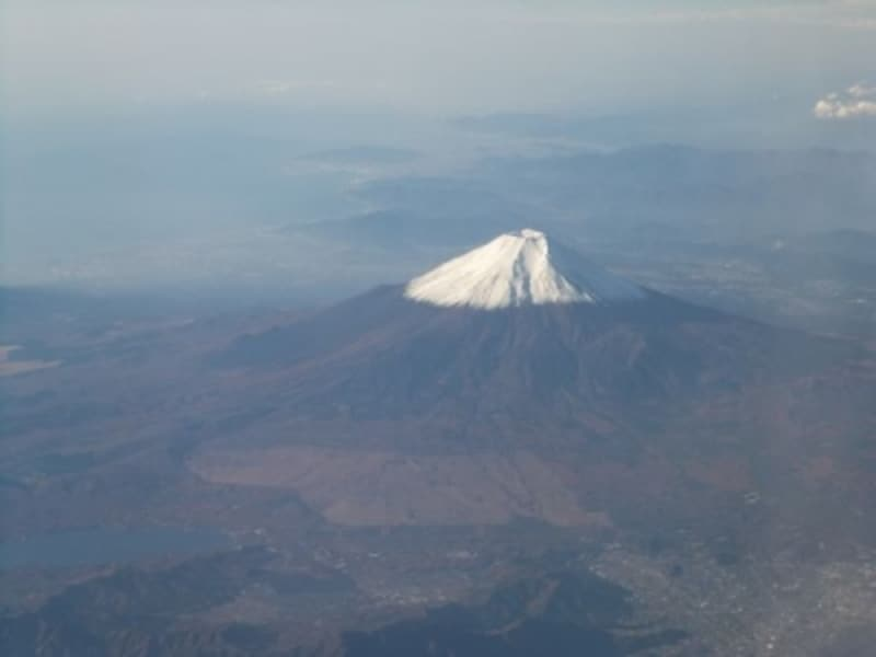 羽田発出雲行き飛行機から眺める富士山