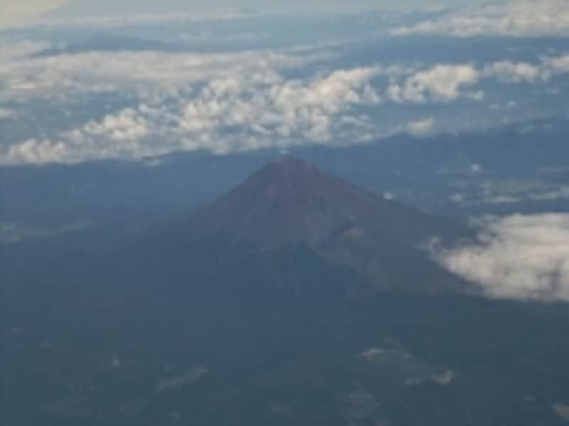 羽田発出雲行き飛行機から眺める富士山。伊豆半島上空から眺めています