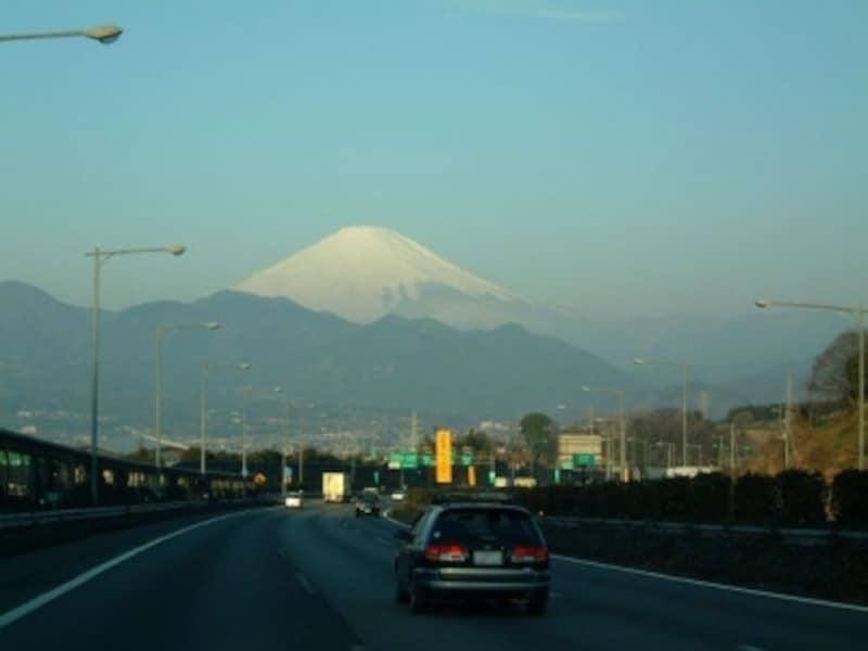 東名高速道路大井松田インターチェンジ付近(下り線)から眺める富士山