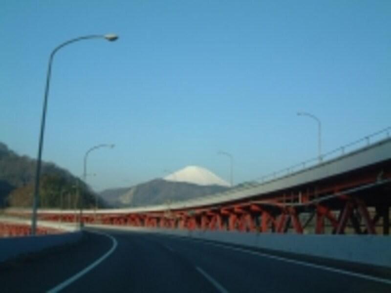 東名高速道路大井松田-御殿場間(下り線)から眺める富士山
