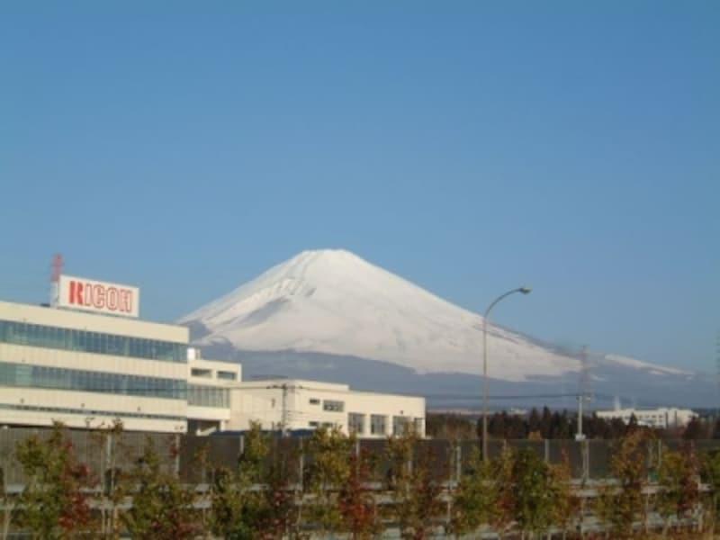 東名高速道路駒門パーキングエリア(下り線)から眺める富士山