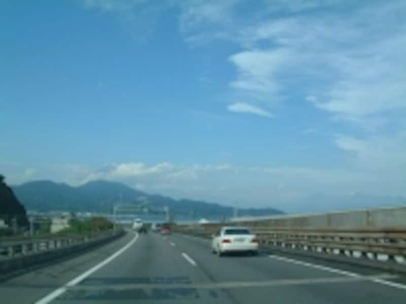 東名高速道路清水インターチェンジ-由比パーキングエリア間(上り線)から眺める富士山