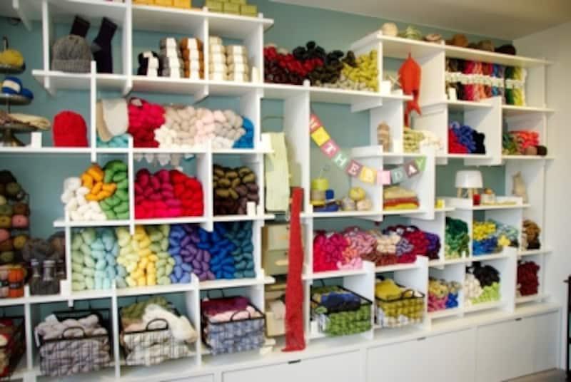 陳列棚に並ぶ天然素材の輸入毛糸は、カセ巻きが主流