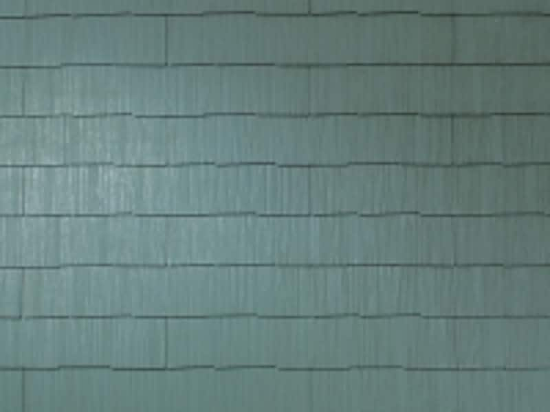undefinedナチュラルな木目調の温かみのある質感が特徴。屋根材表層のコーティングに、紫外線に強いグラッサコートを採用。[グラッサ・シリーズundefinedコロニアルグラッサオプションカラーundefinedグラッサ・さびせいじ]undefined