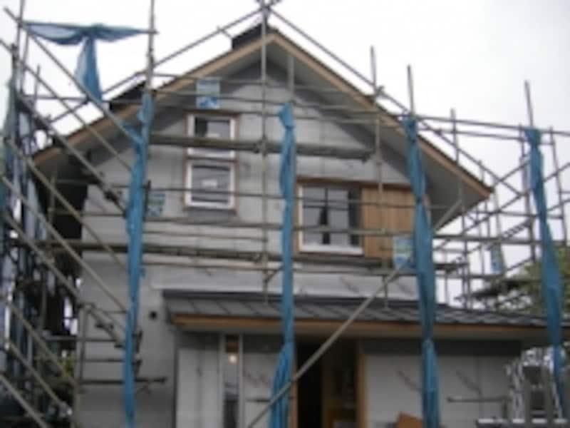 素材だけでなく屋根形状や勾配によって、工事費にも差が出る。外観だけでなく間取りに影響することも。(イメージ)