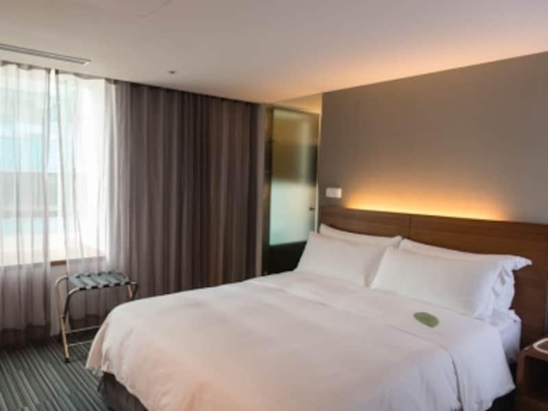 観光や仕事で疲れて帰ってくるゲストを迎えてくれる高級マテリアルなベッド。テキスタイルもリージェント仕様