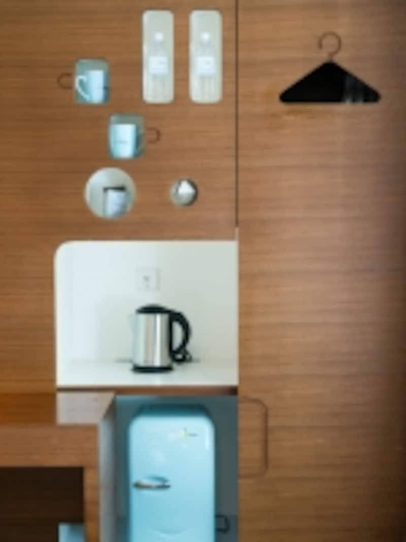 カップ、ポット、冷蔵庫などの配置場所が決まっています。小物の水色が可愛い