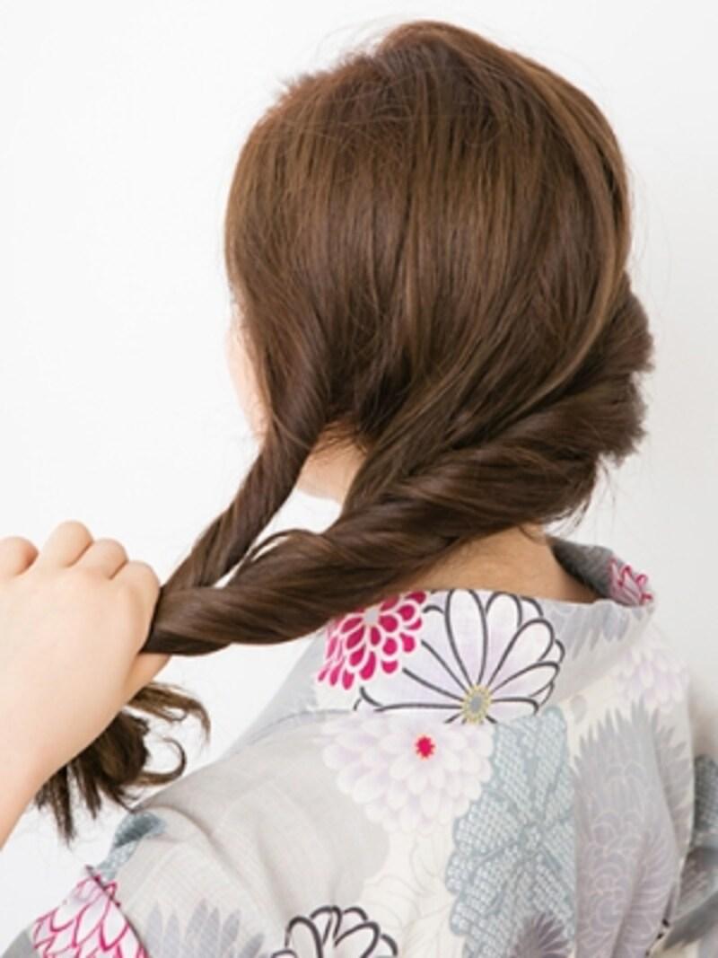 2本の毛束がそれぞれ内側を向くようにねじる