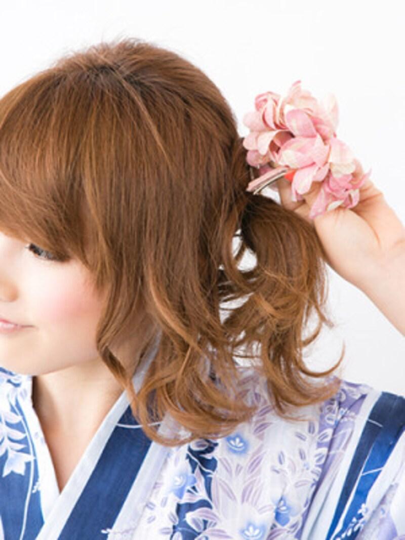 花が正面を向くように髪飾りを留める