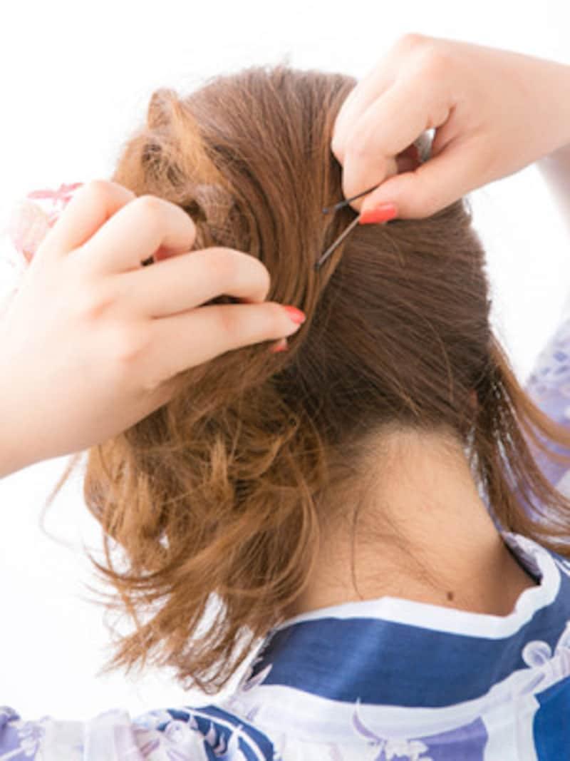 トップの髪を下ろし、アメピンで固定