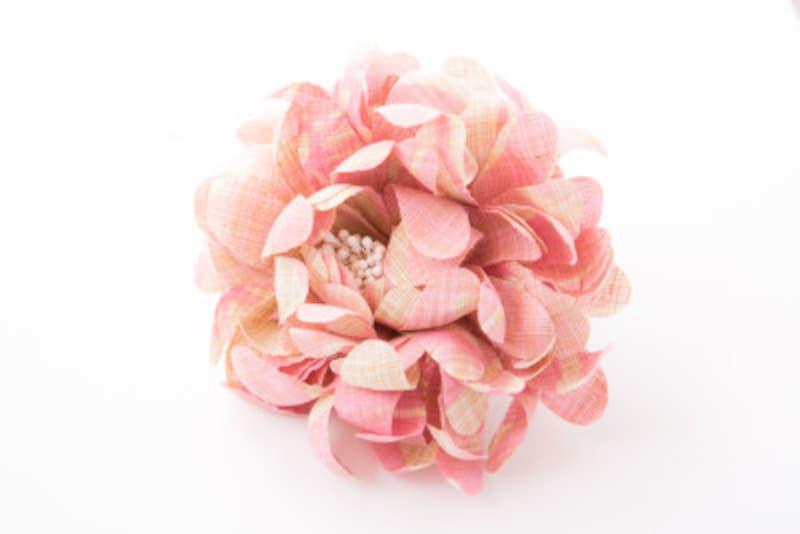 大きなピンクの花のコサージュピン