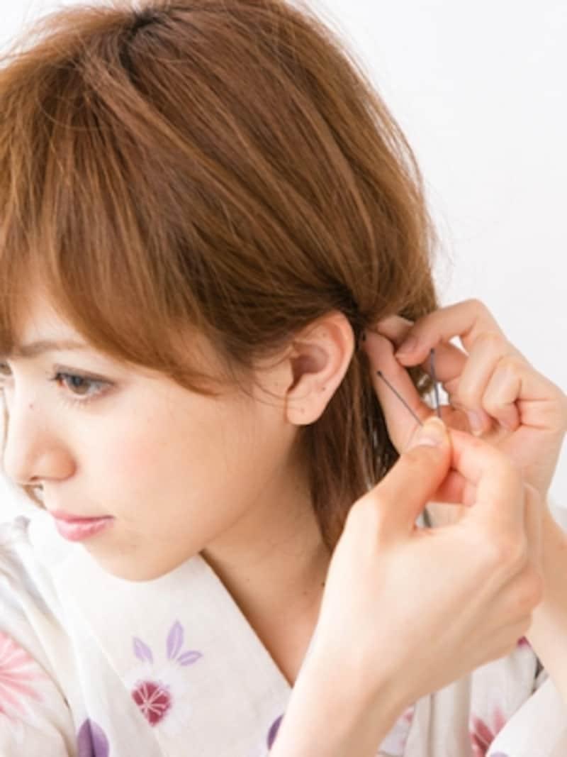 耳の後ろあたりでアメピンで固定