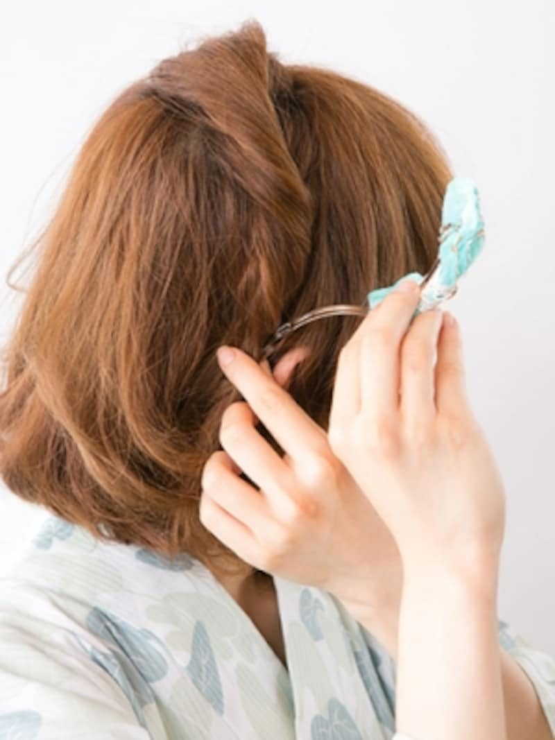 アメピンを隠しながらヘアアクセを留める