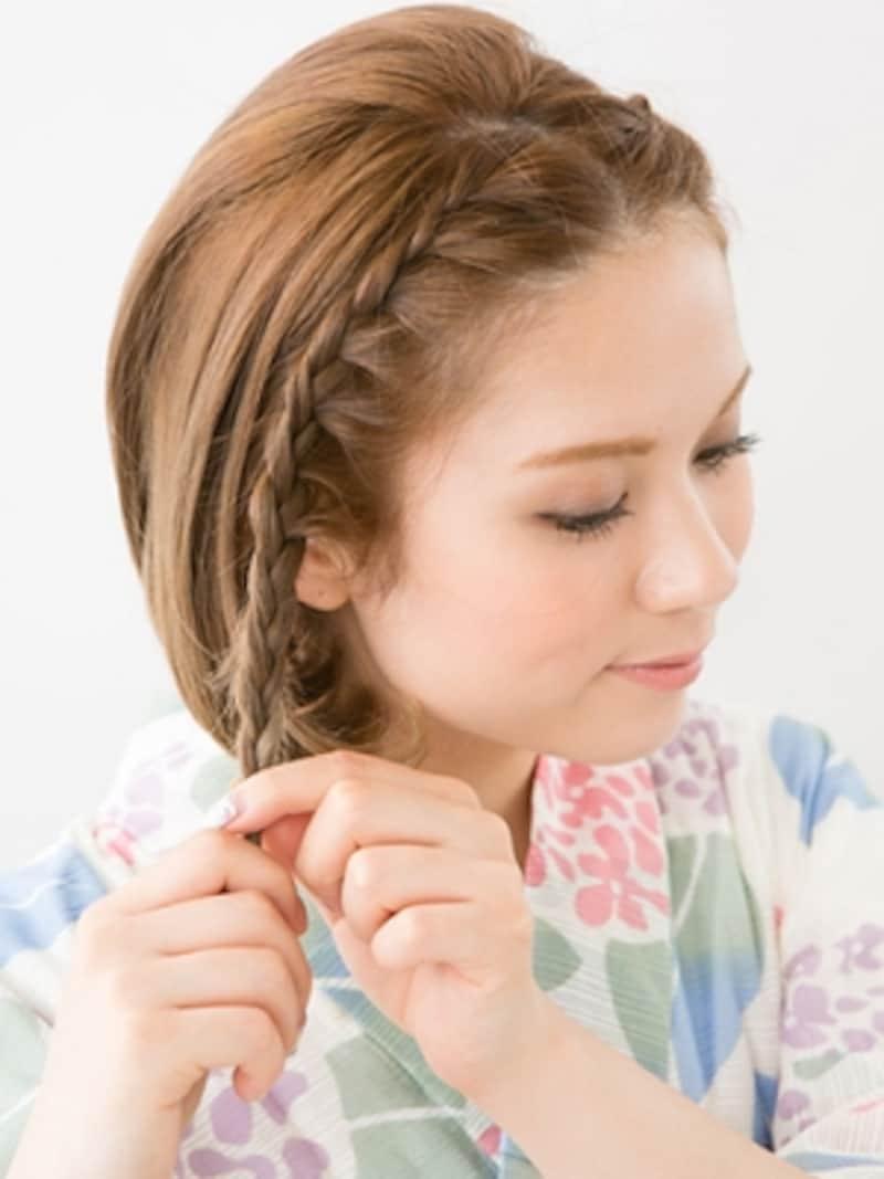 耳上のラインに片編み込みを作る