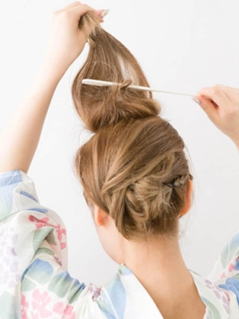 上の段の髪の裏から逆毛を立てる