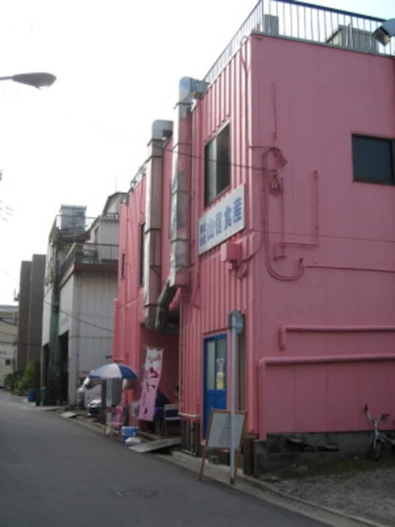 これまではトラック、工場で働く男性しか通ることのなかった場所にいきなり現れるピンクの建物。目立つ
