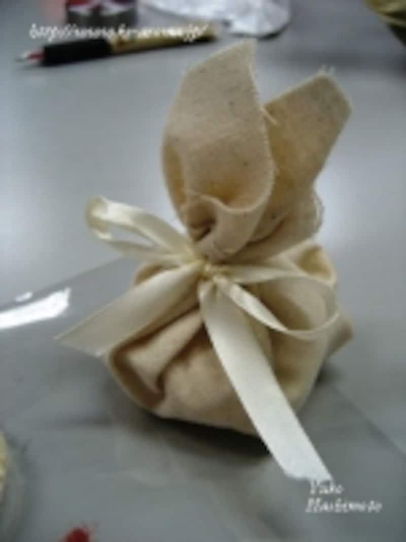 好みの布で包んで、リボンをあしらえば可愛い重曹アロマサシェの出来上がり!
