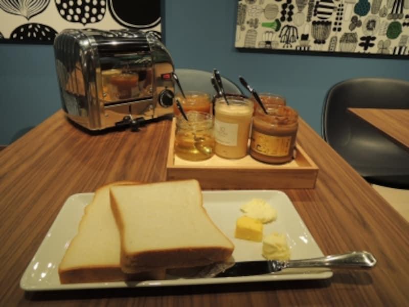 テーブルでトーストしたてをいただく