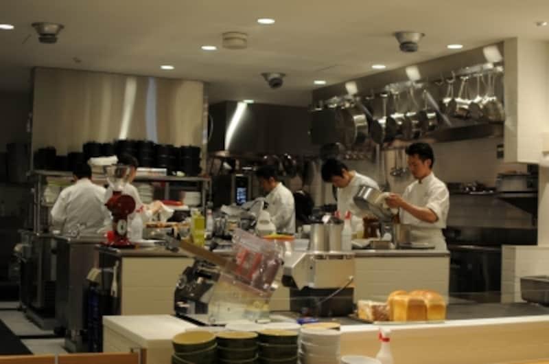 オープンキッチンで料理を作る様子が見える。