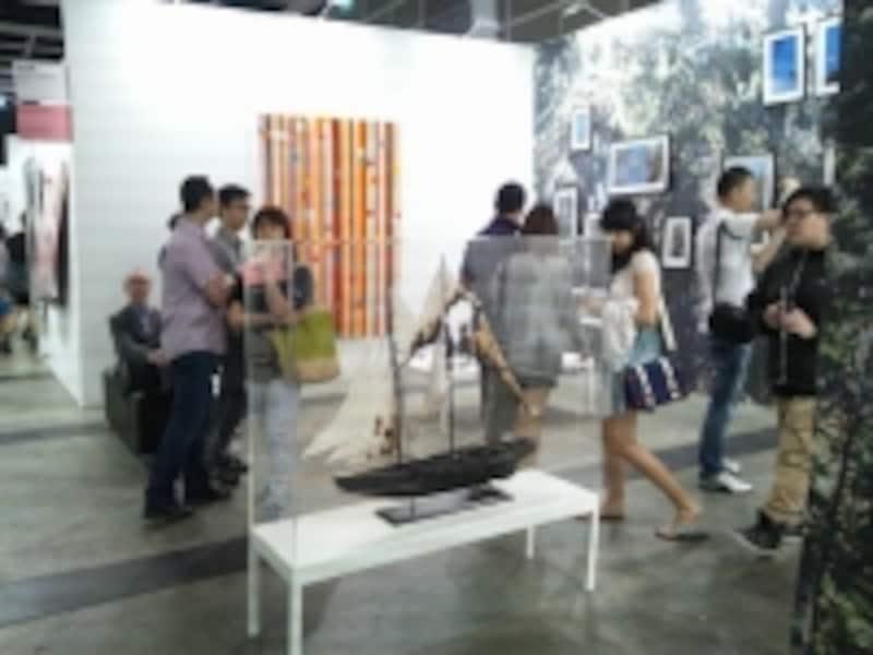 ArtBaselinHongKongundefinedお客さんは買いたい作品の前で立ち止まったり、話をしたり。