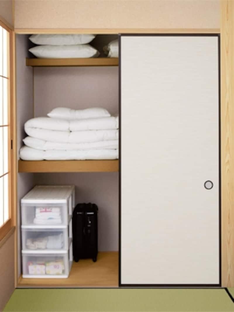 天袋より少し低めの枕棚を取り付けておけば、脚立や椅子を使わないでも出し入れしやすい(大建工業)