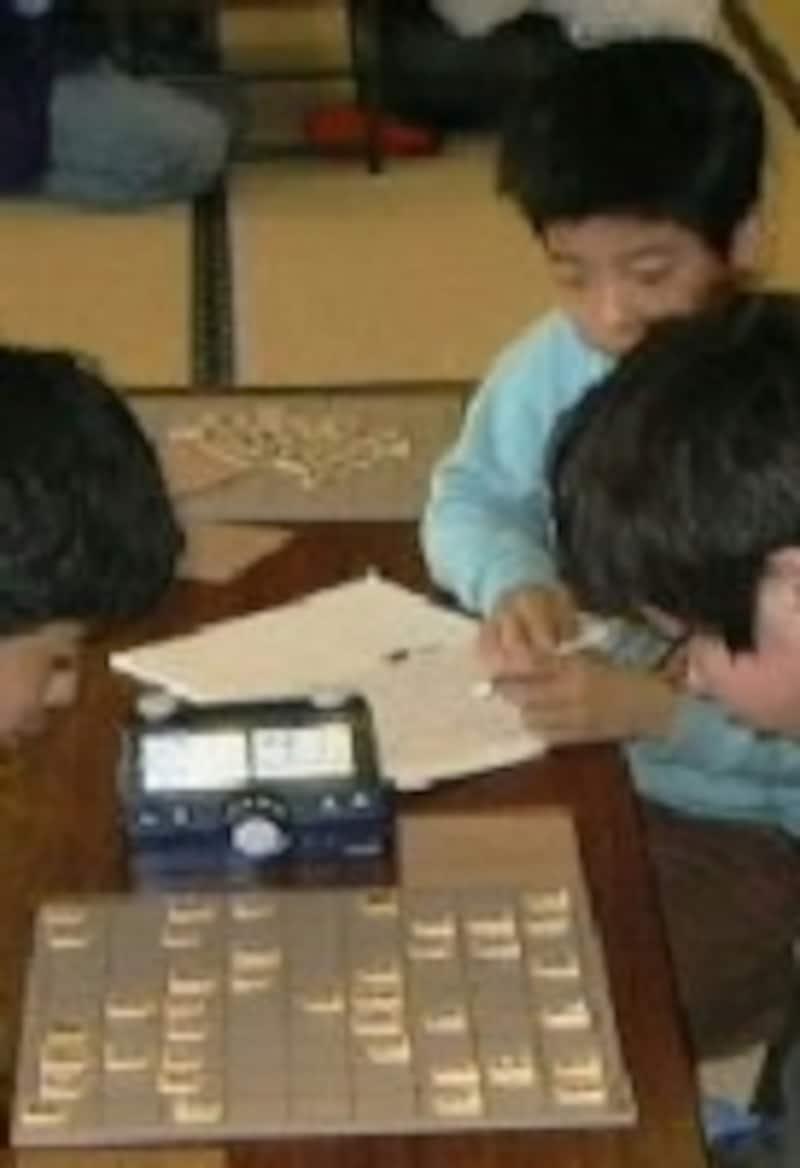 棋譜取りをする子ども/ガイド撮影