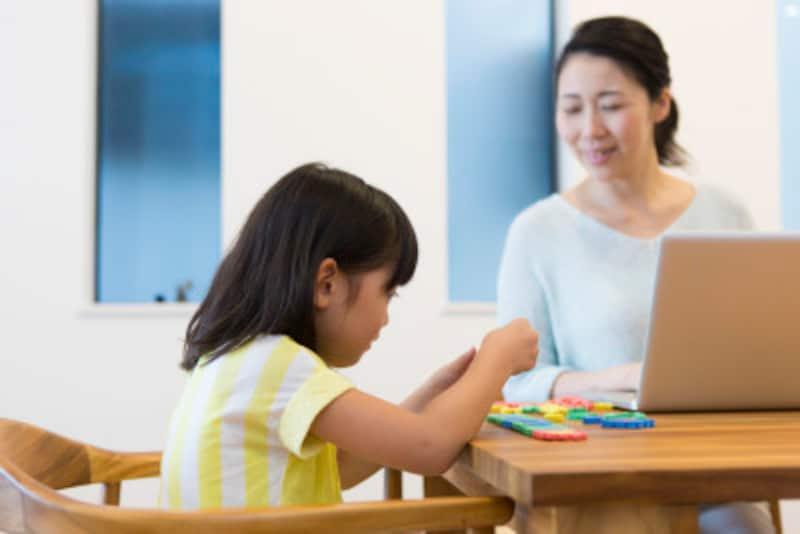 子供に勉強を教えるのがうまい親は、答えを教える変わりにヒントを与えます。