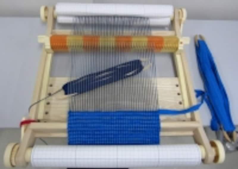 裂き布と糸を交互に