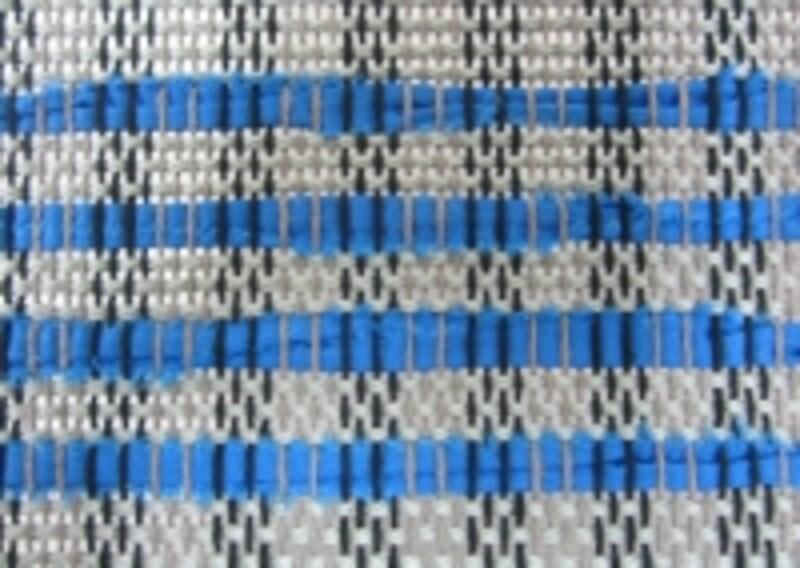 よこ糸の糸と裂き布を交互に