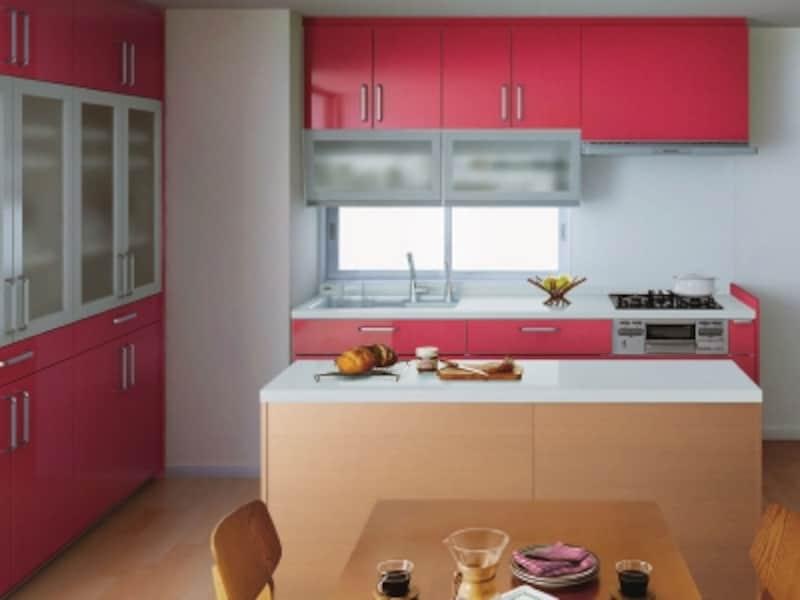 壁付けオープンキッチン+アイランドタイプの収納カウンター