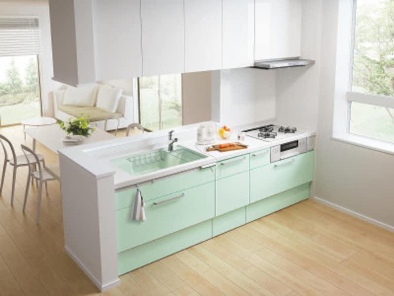 対面キッチンでゆとりある調理スペース。
