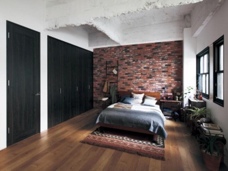 濃い色の床はシックなインテリアに似合う