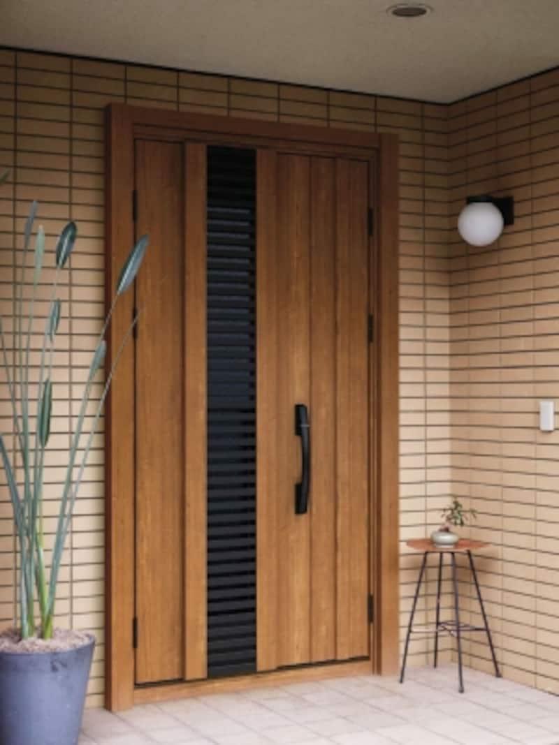 壁タイルと玄関ドアの組み合わせ
