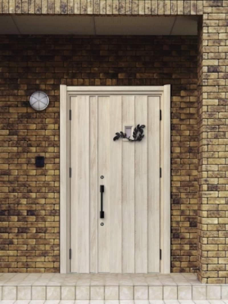 茶色のタイルと白い玄関ドア