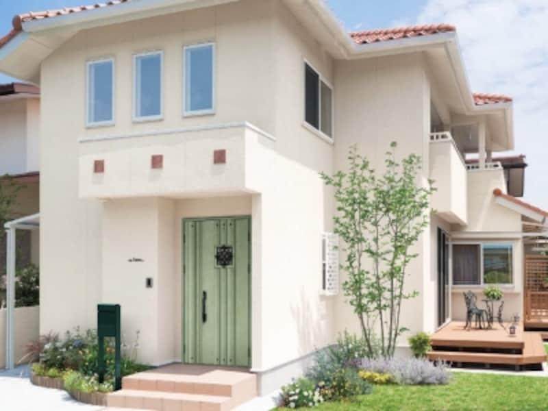 グリーンの玄関ドアの家
