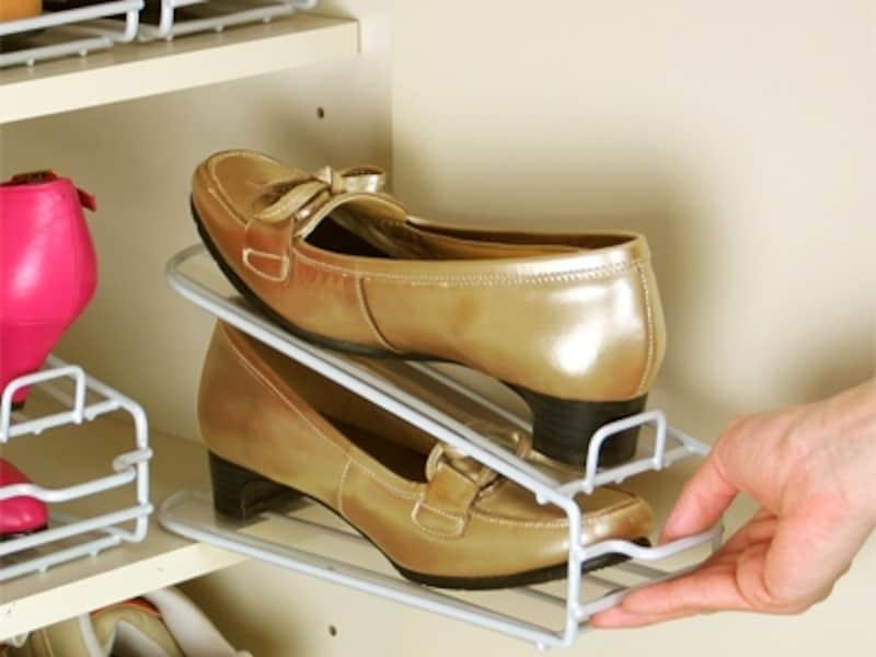主婦ならではの目線でデザインされた1足分のスペースに2足分入る靴ホルダー。通気性と安定性がいいのが特徴(楽々靴っこ6個組/スタイルストア)