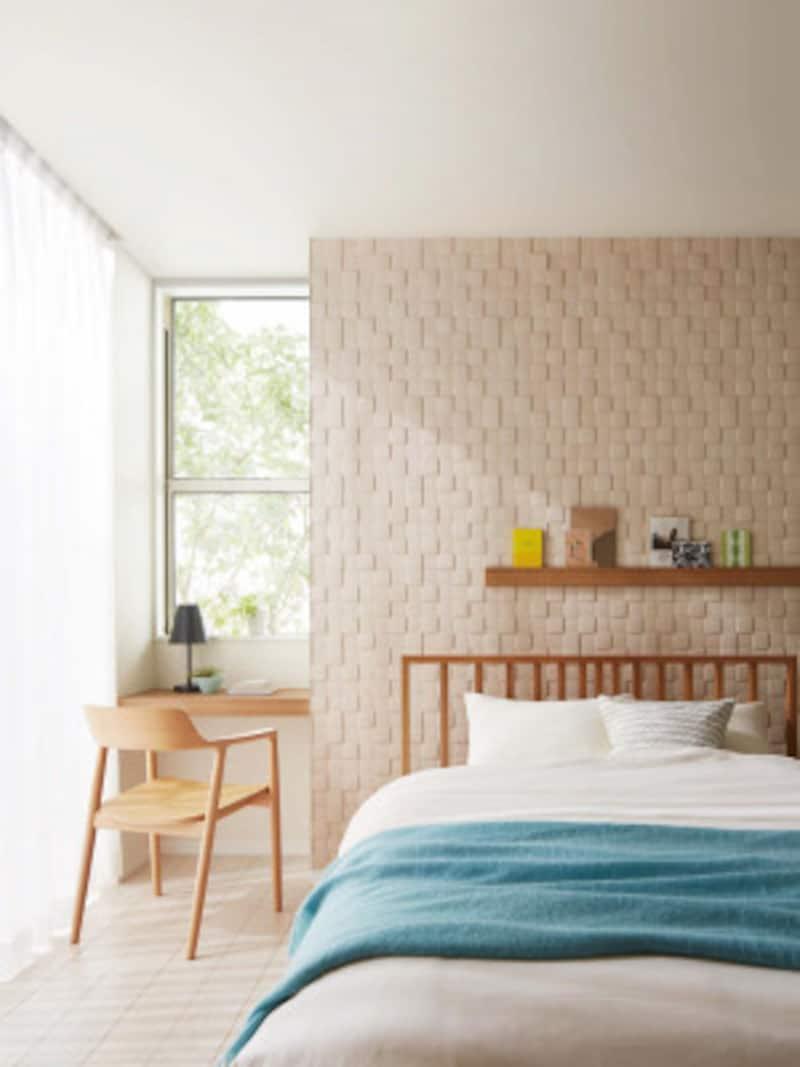 壁紙の上から張るだけで消臭機能を持つタイル状の建材(壁紙にタイル貼りOK、エコカラットで快適リフォームより)