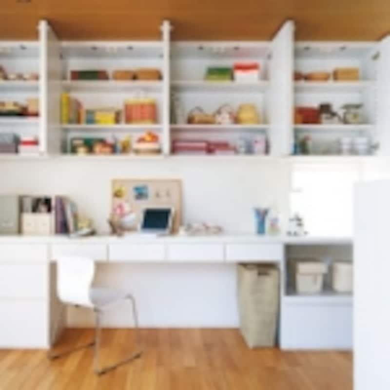 キッチンの近くにユーティリティがあれば、家事で使う細々としたものも収納できて便利。ワークスペースを設けて趣味を楽しんでも