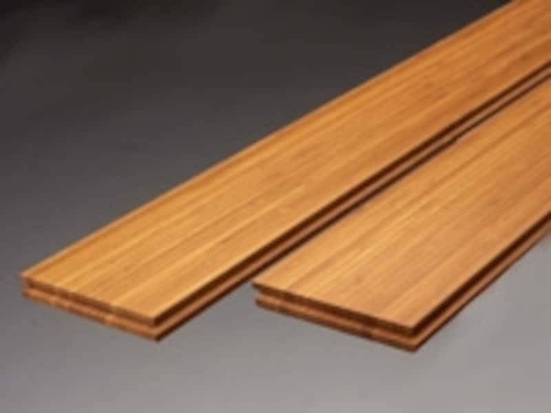 バンブー材のフローリング。丸い竹を細くカットし、煮沸、乾燥、選別を経て接着してつくられます