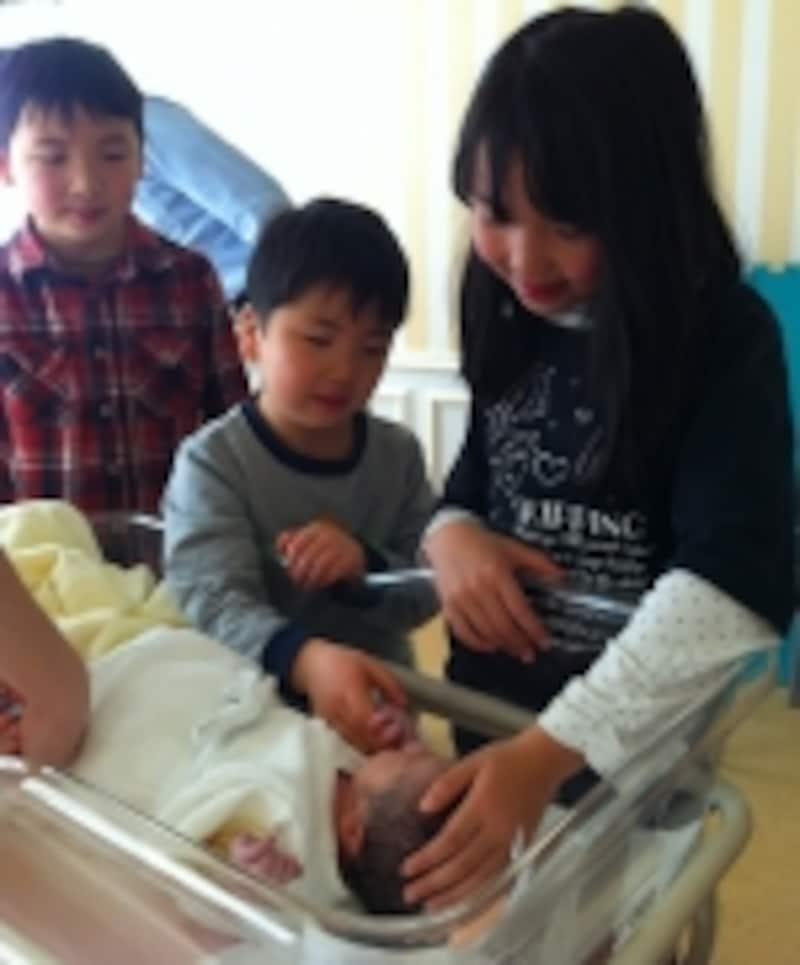赤ちゃん誕生を見守る兄姉