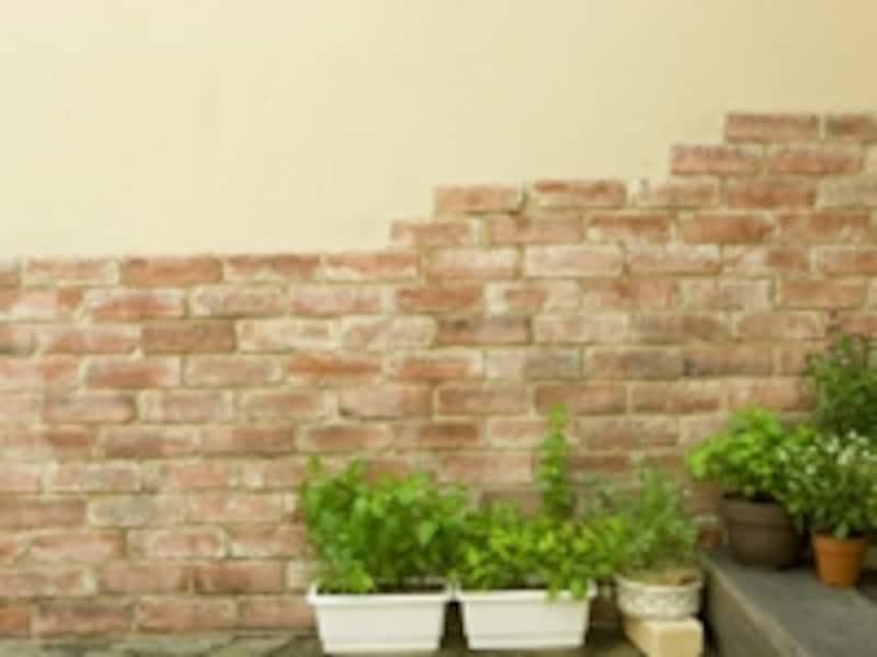 外壁用の材料は荒々しい風合いや、耐久性の高さが魅力だが使う場所に注意を。