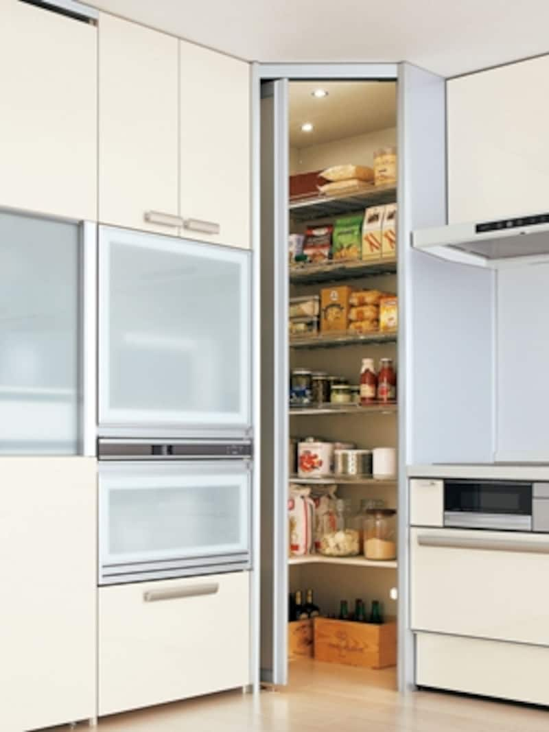 デッドスペースになりやすい部屋の角を活用したコーナーパントリー。ウォークインスタイルで食品だけでなく家電もたっぷり収納できる(LIXIL)