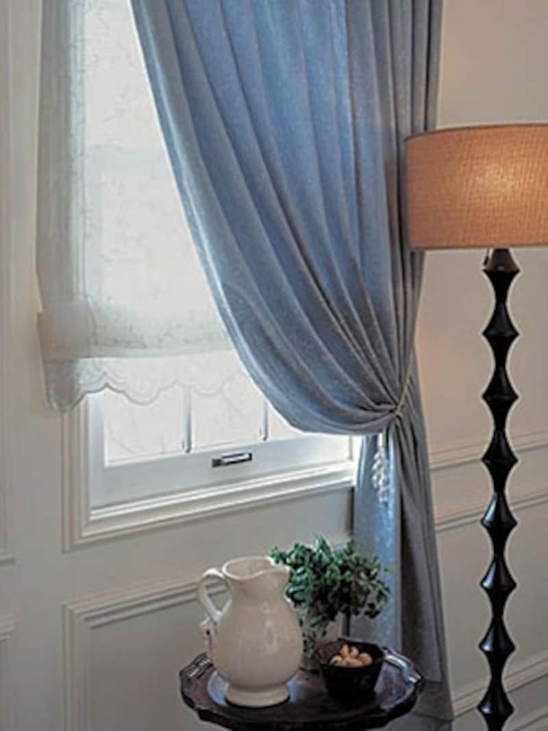 小さい窓にもこだわって。床まで届くゆったりとしたドレープカーテンと白く可憐なプレーンシェードの組み合わせ(キロニー)