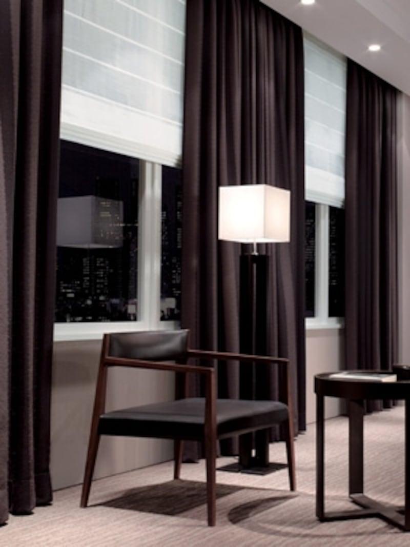光をしっかり遮るドレープと白く優しいシェードの組み合わせは落ち着いた雰囲気で寝室にぴったり(東リ)
