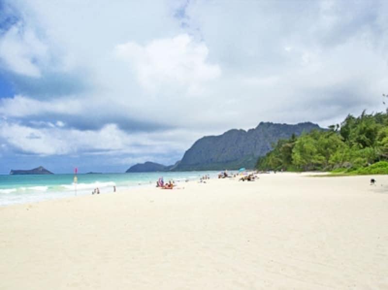 ブルーの海と真っ白な砂浜が広がるワイマナロ・ベイ・ビーチパーク。ワイキキでは味わえないゆとりと静けさ