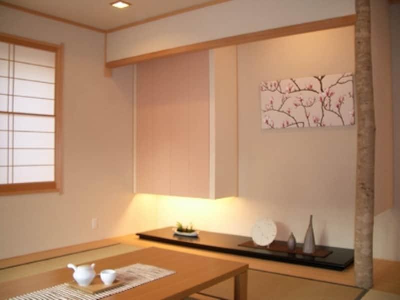 床の間に飾られたファブリックパネルが和の空間と調和している。