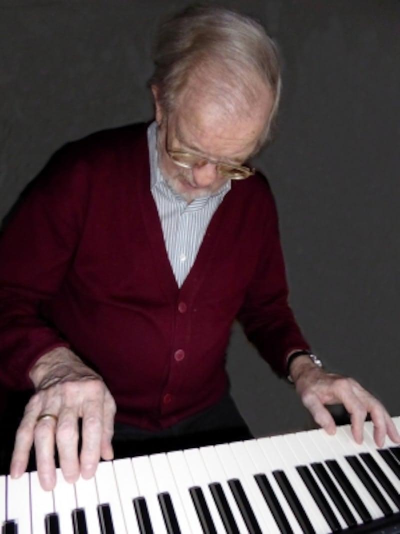 ピアノを弾くシニア