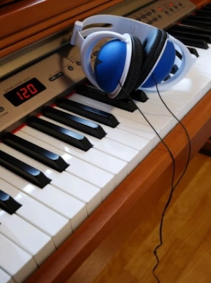 電子ピアノとヘッドフォンの写真