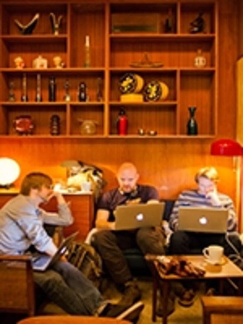 オスロのカフェでのネット使用